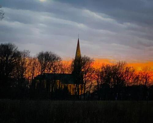 De kerk van Vasse in avondrood!