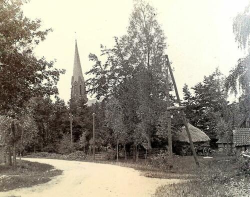 De kerk van Vasse vanaf Beekzijde
